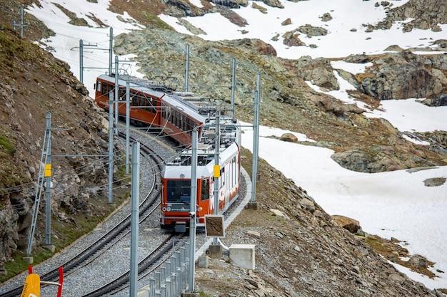 Zermatt, schweiz - 11. juni 2018: zug für trasportation passagiere zu anderen stationen im matterhorn zermatt, schweiz.