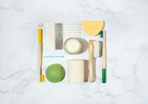 Zero waste concept.linen bag, bambuszahnbürsten, hölzerner ohrstöpsel, sojawachskerze auf glas. trendige schatten, weißer hintergrund. lagurus trockenblumen. umweltfreundlicher, nachhaltiger lebensstil. attrappe, lehrmodell, simulation