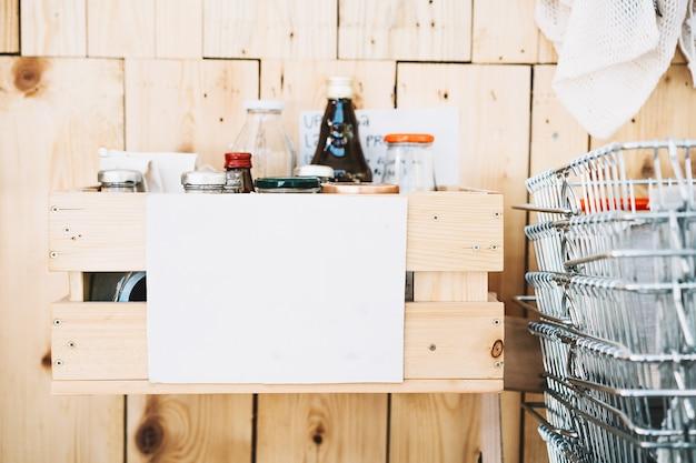 Zero waste food shopping mit leerem papier für textmetallkorb für lebensmittel und gläser