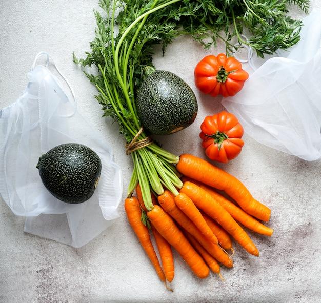 Zero waste food storage öko-tasche mit karotten, tomaten, draufsicht, umweltfreundlichen beuteln für gemüse, öko-verpackung