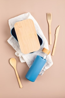 Zero waste kit für das mittagessen, mehrwegflasche, box und bambusbesteck. nachhaltiges lifestyle-konzept