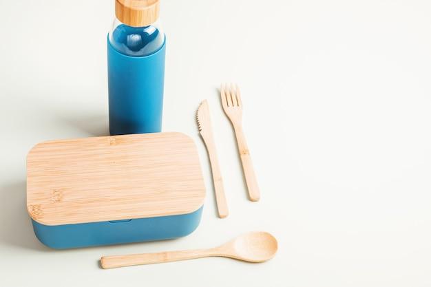 Zero waste kit für mittagessen zum mitnehmen, mehrwegflasche, schachtel und bambusbesteck. nachhaltiges lifestyle-konzept