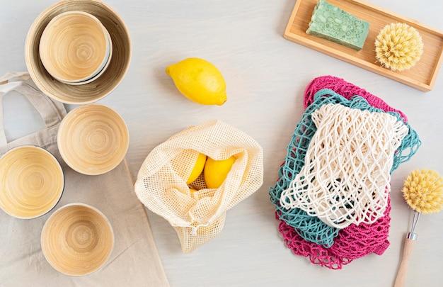 Zero waste kit set aus umweltfreundlichem bambusbesteck und baumwolltasche aus mesh