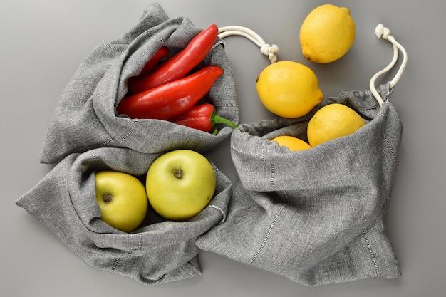 Zero waste shopping, handgefertigte produkttaschen aus leinenstoff, wiederverwendbar, umweltfreundlich.