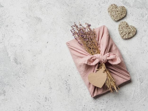 Zero waste, umweltfreundliche geschenkverpackung zum valentinstag im furoshiki-stil mit trockenem lavendel.