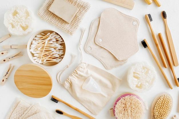 Zero waste verbrauchsmaterialien für die persönliche hygiene. öko-seife, bambuszahnbürste, wiederverwendbare menstruationspads aus stoff, naturholzbürste. nachhaltiger lebensstil. plastikfreies konzept.