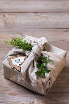 Zero waste weihnachtskonzept handgemachte geschenkbox im furoshiki-stil
