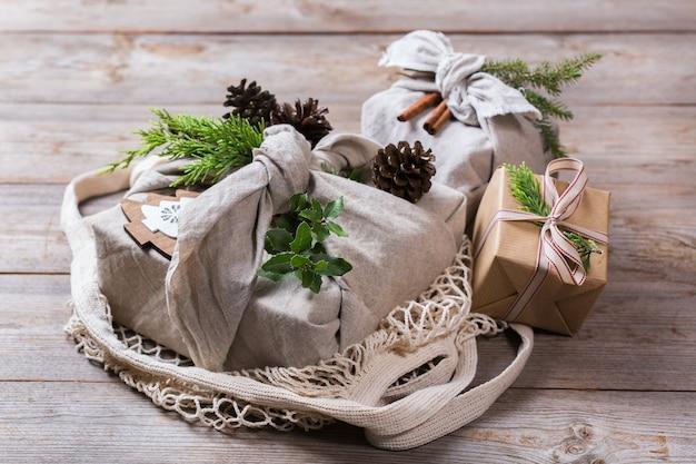 Zero waste weihnachtskonzept handgemachte geschenkboxen im furoshiki-stil