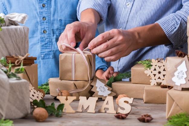 Zero waste weihnachtskonzept vater und sohn verpacken geschenke Premium Fotos