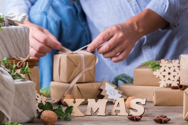Zero waste weihnachtskonzept vater und sohn verpacken geschenke