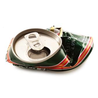 Zerquetschte aluminiumdose auf weiß