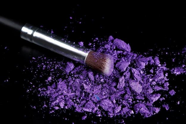 Zerquetschte lidschatten und make-up-pinsel