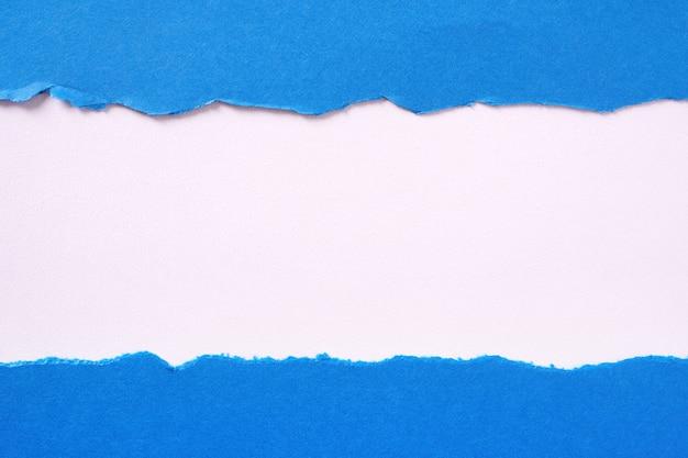 Zerrissene gerade kante des blauen papierstreifens flach