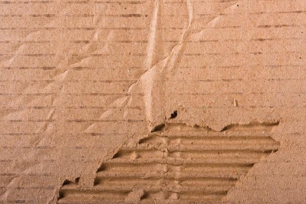 Zerrissene kanten gewelltes braunes pappblatt der papierstruktur