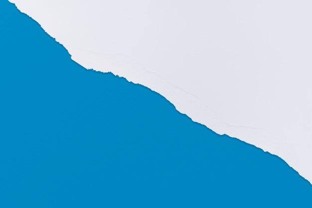 Zerrissene papiergrenze in blau auf handgemachtem buntem hintergrund