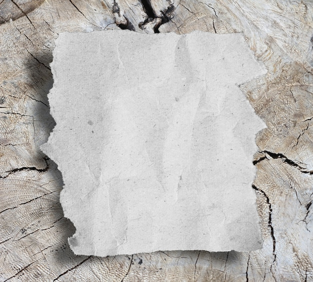 Zerrissene papierstücke auf holzhintergrund mit kopienraum für text