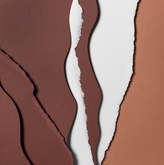 Zerrissene schichten braunen und weißen papiers