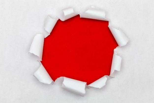 Zerrissener offener papierhintergrund, platz für ihre mitteilung auf heftigem papier