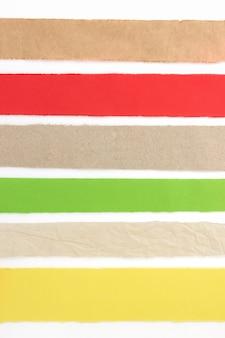 Zerrissener papierstreifen lokalisiert auf weißem hintergrund
