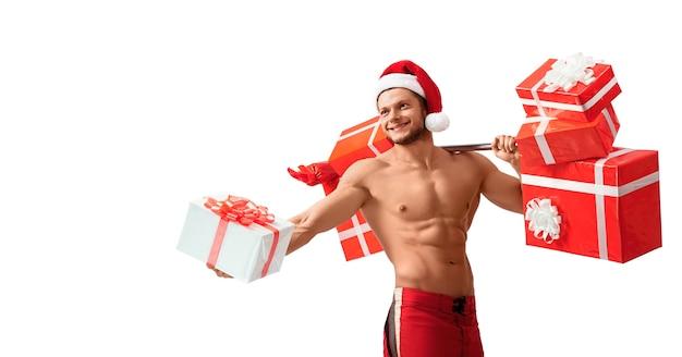 Zerrissener weihnachtsmann, der barbell hält und geschenke gibt