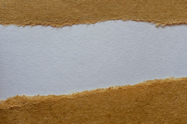 Zerrissenes braunes papier mit weißem hintergrund. nachrichtenraum