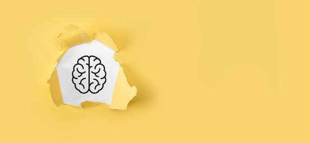 Zerrissenes gelbes papier mit gehirn- und symbolwerkzeugen, gerät, kundennetzwerkverbindungskommunikation auf virtueller, innovativer entwicklung, zukunftstechnologie, wissenschaft, innovation und geschäftskonzept.