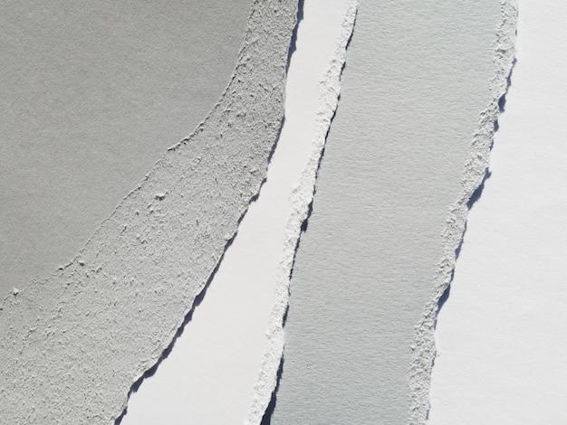 Zerrissenes graues papier