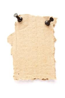 Zerrissenes kartonpapier mit stecknadel