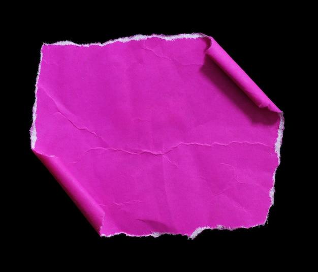 Zerrissenes papier auf schwarzem hintergrund isoliert