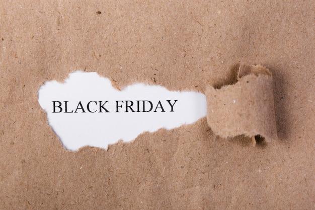 Zerrissenes papier, das schwarzen freitag-text aufdeckt