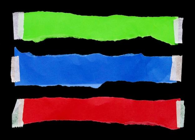 Zerrissenes papier isoliert auf schwarzem hintergrund leerer platz für text