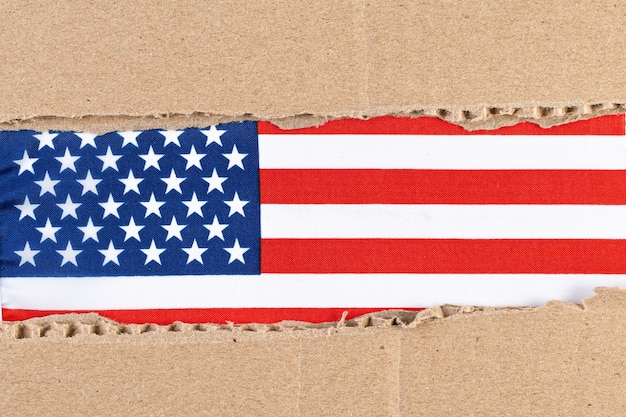 Zerrissenes papier mit amerikanischer flagge