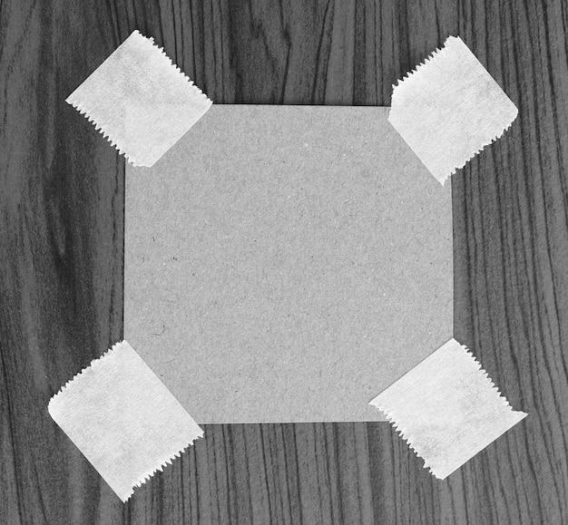 Zerrissenes papier mit klebeband platz für ihre nachricht
