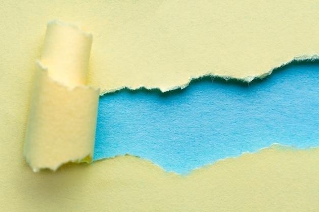 Zerrissenes papier. zerrissener und verdrehter papierstreifen mit platz für text oder mitteilung