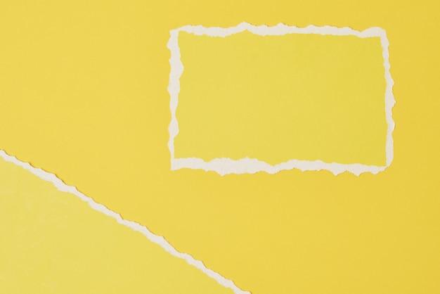 Zerrissenes randblatt des zerrissenen papiers auf gelbem hintergrund. vorlage mit stück farbpapier