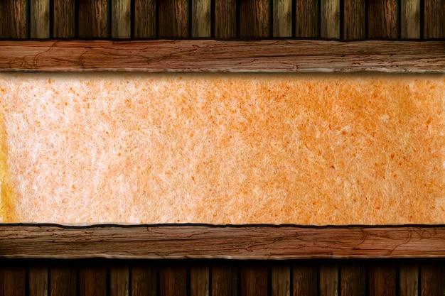 Zerrissenes strukturiertes papier mit hölzernem musterhintergrund