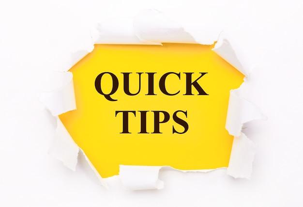 Zerrissenes weißes papier liegt auf einem leuchtend gelben hintergrund mit dem text quick tips