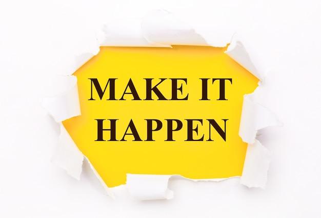 Zerrissenes weißes papier liegt auf einer hellgelben oberfläche mit dem text make it happen