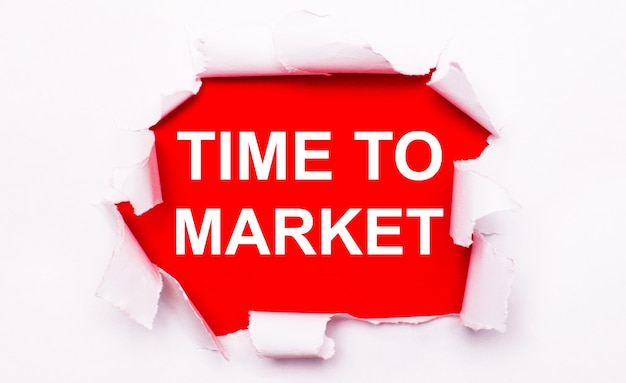 Zerrissenes weißes papier liegt auf rotem grund. auf rot ist der text weiß time to market