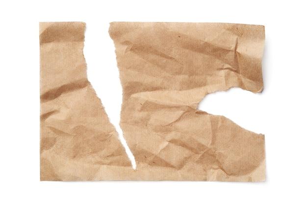 Zerrissenes zerknittertes papierblatt lokalisiert auf weiß