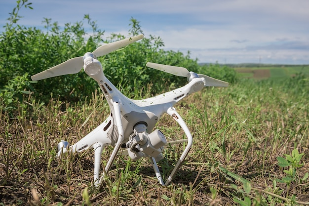 Zerschmettertes quadcopter im grünen gras
