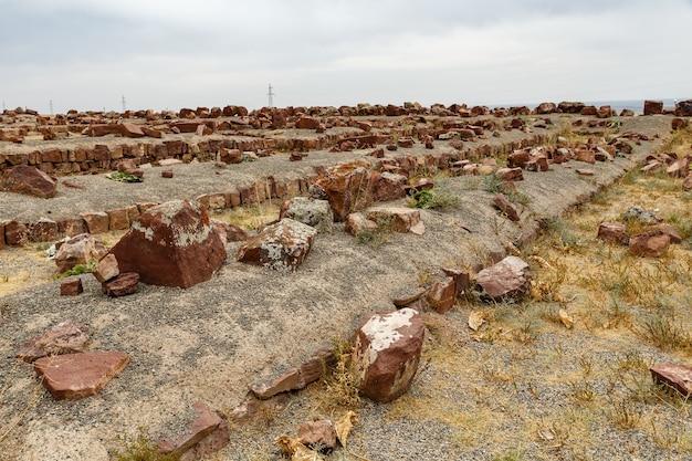 Zerstörte alte mauern im palastkomplex von akyrtas. die palastbefestigung von akyrtas