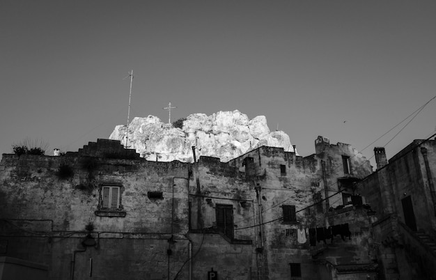 Zerstörte architektur mit großem weißen berg