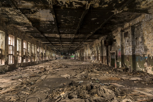 Zerstörte eine große produktionshalle in der alten fabrik.