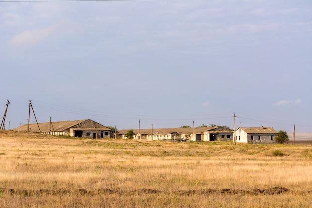 Zerstörte farm. von menschen aufgegeben. verlassene zerstörte häuser. verlassene dörfer in cri