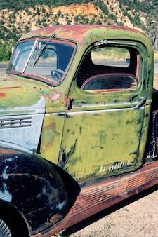 Zerstörter alter lastwagen in der wüste