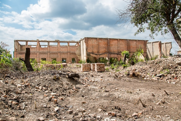 Zerstörtes gebäude der alten fabrik