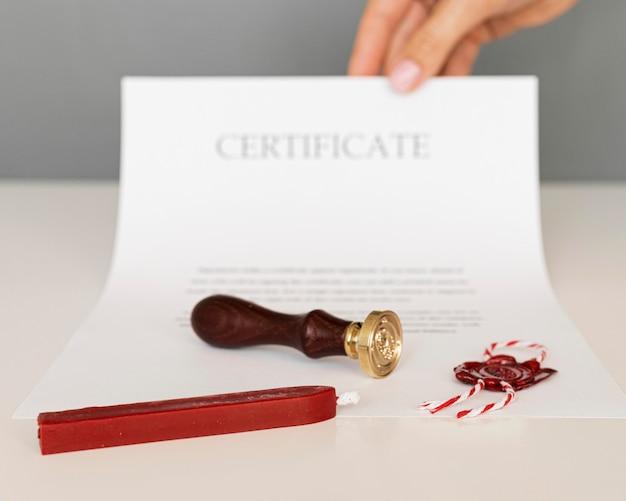 Zertifikat mit wachssiegel und kerze
