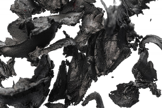 Zertrümmerte dunkle lidschatten isoliert auf weiß