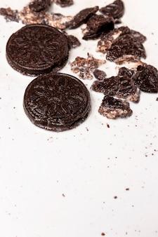 Zertrümmerte kekse in verschütteter milch